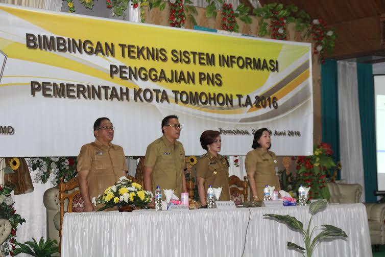 Wali Kota Tomohon, Wakil  Wali Kota Tomohon, Asisten III dan Kepala Dinas PPKBMD di kegiatan Bimtek Sistem Penggajian