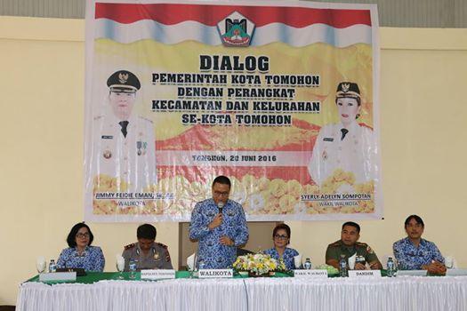 Wali Kota Tomohon saat berdialog dengan perangkat kecamatan dan kelurahan