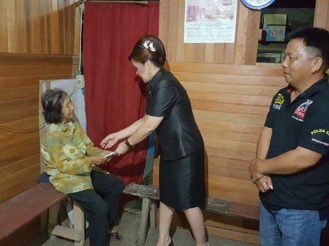 Syerly Adelyn Sompotan saat menyerahkan gaji Juni kepada Oma Min