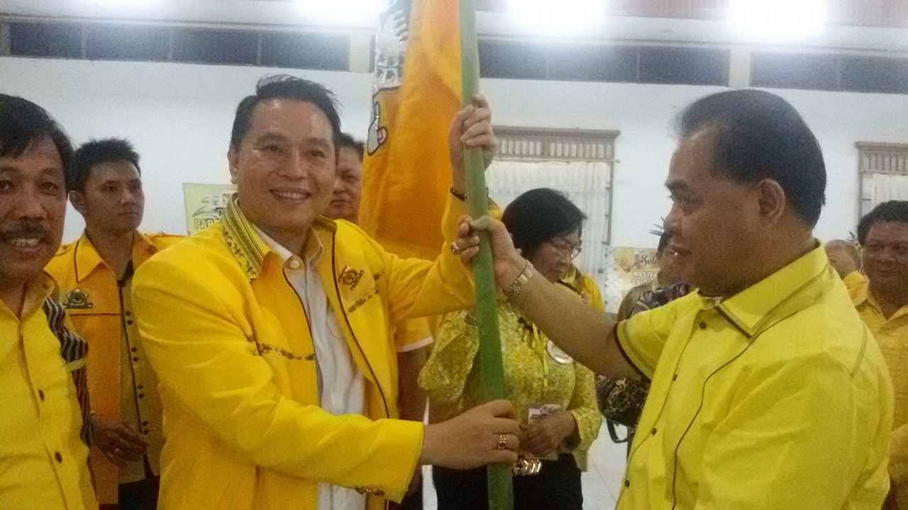 Eman menerima Pataka dari Ketua DPD I Partai Golkar Sulut Vreeke Runtu