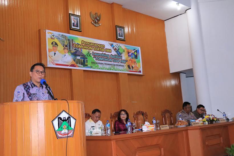 Wali Kota Tomohon Jimmy F Eman SE Ak membawakan sambutan di Launcing SIAP IMB
