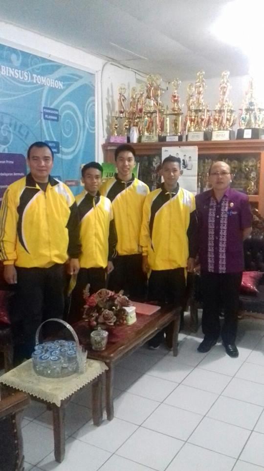 Tiga Siswa utusan SMA Kristen 2 BInsus Tomohon bersama Kepala Sekolah dan guru pendamping
