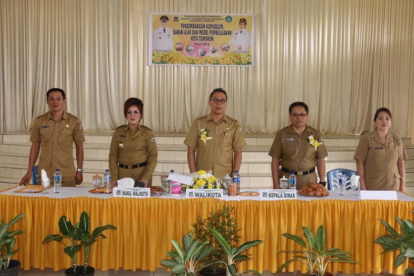 Wali Kota dan Wakil ali Kota Tomohon di kegiatan Pengembangan Kurikulum dan Pembelajaran PAUD