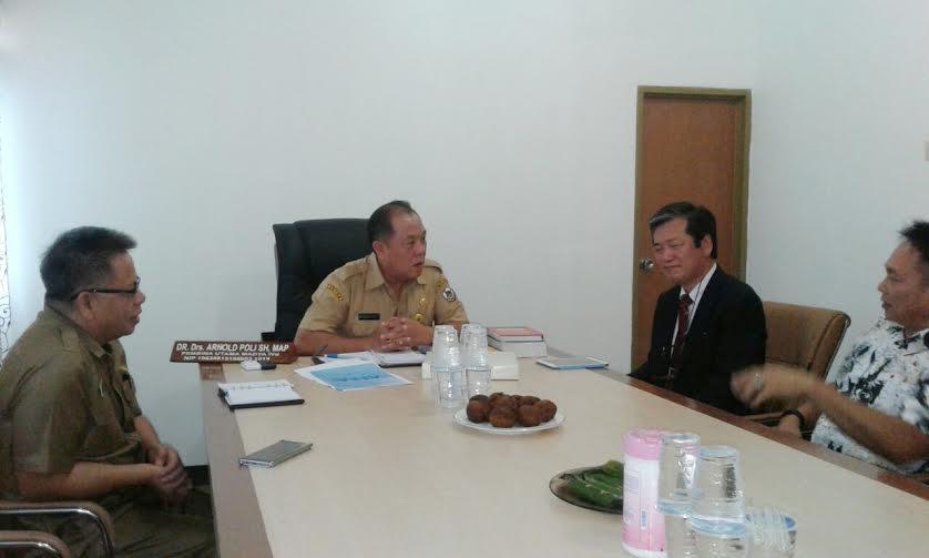 Sekkot Dr Arnold Poli SH MAP didampingi Kadis Dikda Drs Gerardus E Mogi dan perutusan Kota Okegawa