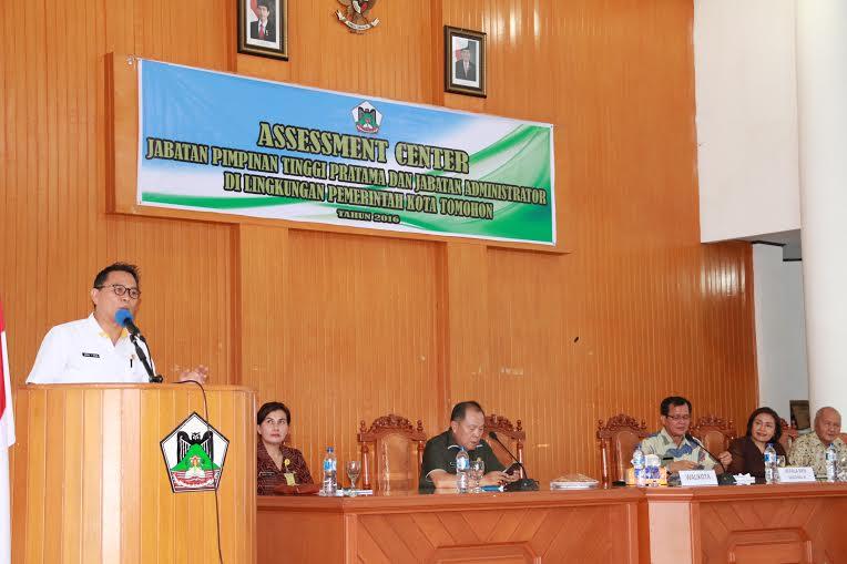 Wali Kota Tomohon Jimmy F Eman SE Ak membawakan sambutan di assesment center