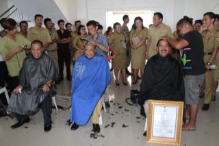 ASN laki-laki di Mitra ramai-tamai mencukur rambut