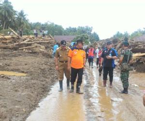 Kunjungi Lokasi Bencana Sangihe, Gubernur Sulut Serahkan Sejumlah Bantuan