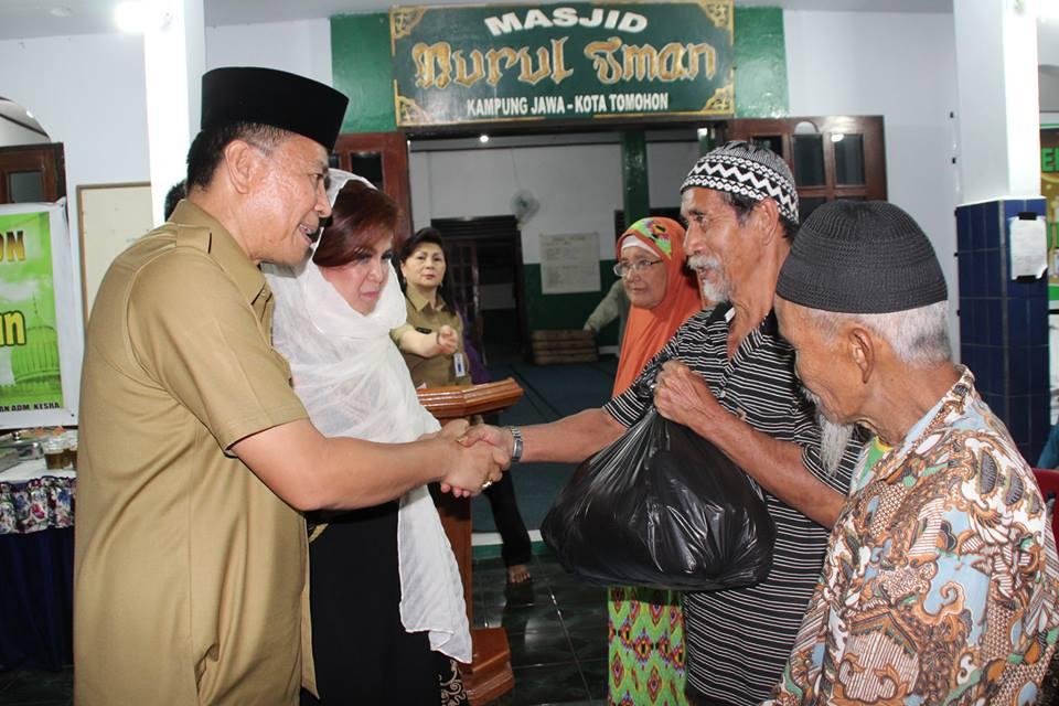 Wali Kota dan Wakil Wali Kota memberikan Zakat kepada warga Muslim di Kampung Jawa