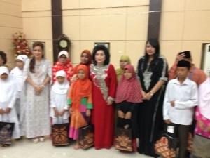 Ketua TP. PKK Sulut, Ritha Dondokambey Tamuntuan didampingi Wakil Ketua TP-PKK dr. Kartika Devi Kandouw Tanos, bersama anak-anak panti asuhan di acara buka puasa bersama
