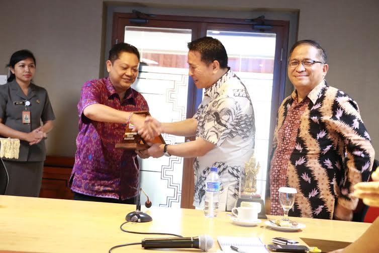 Wali Kota Tomohon dan Wali Kota Denpaasar bertukar cenderamata