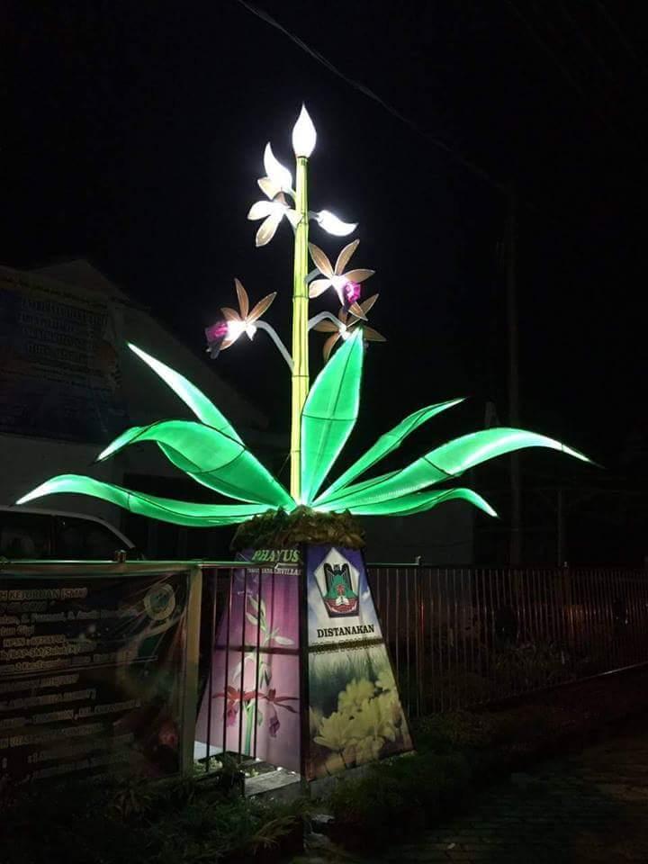 Lampu hias bunga dilihat pada malam hari