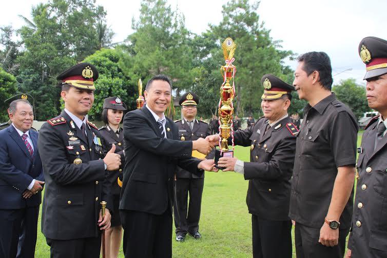 Wali Kota Tomohon menyerahkan hadiah pemenang lomba