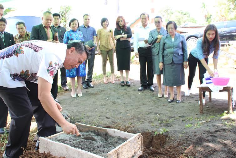 Wali Kota Jimmy F Eman SE Ak meletakkan batu pertama pembangunan MCK di Pinaras