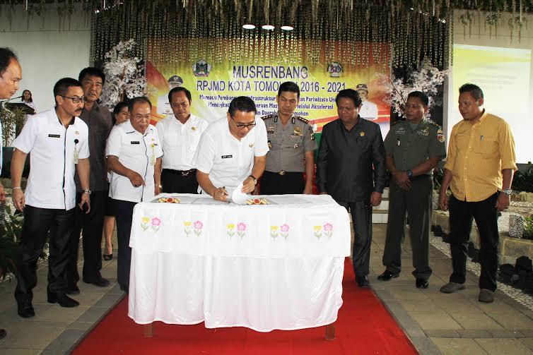 Penandatanganan berita acara kesepakatan Musrenbang RPJMD Kota Tomohon tahun 2016-2021