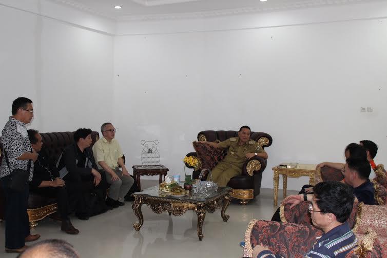 Wali Kota Tomohon saat menerima para calon investor dari Cina