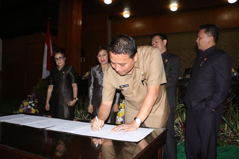 Wali Kota Tomohon JImmy F Eman SE Ak menandatangani keputusan penetapan Perda Perubahan Atas Perda Retribusi Jasa Usaha