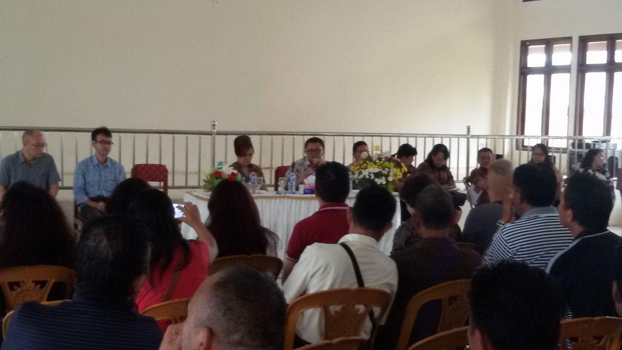 Ketua Panitia TIFF Syerly Adelyn Sompotan memberikan pengarahan kepada dekorator dan kelompok tani