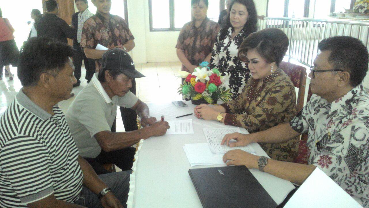 Dekorator dan kelompok tani menandatangani kontrak dengan Panitia TIFF