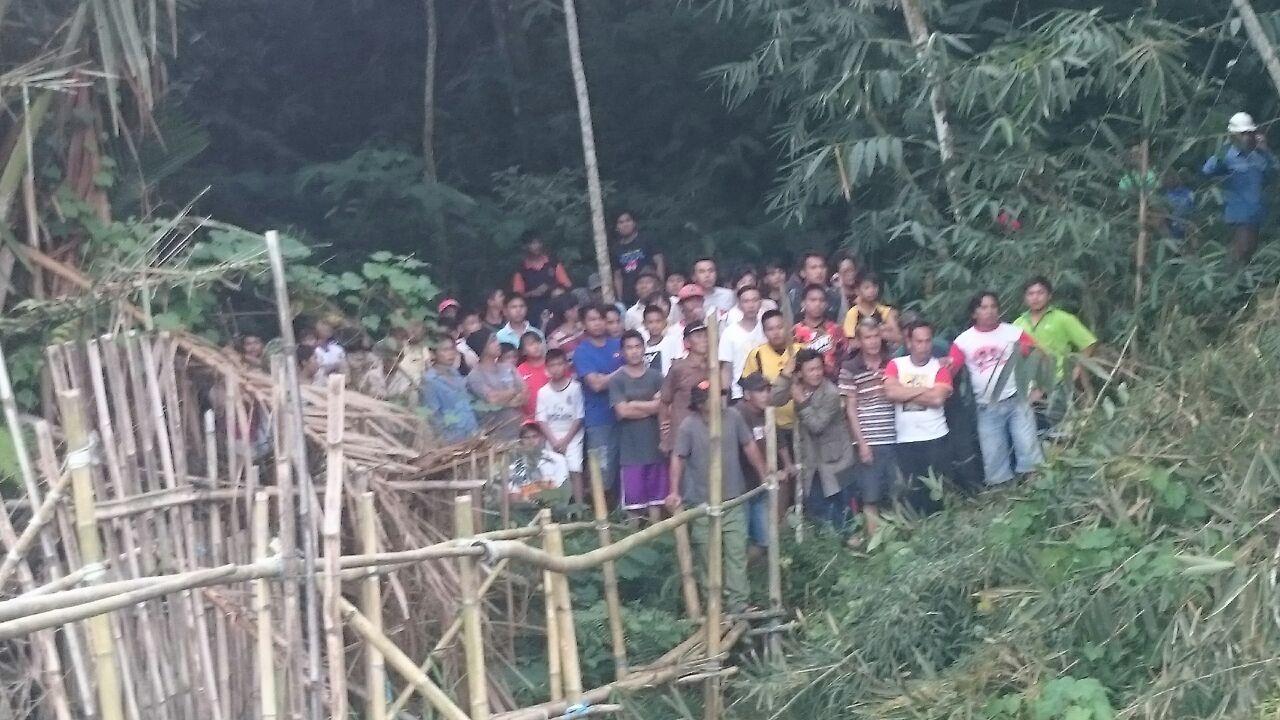 Masyarakat Pangolombian menyaksikan evakuasi penemuan mayat di Danau Pangolombian