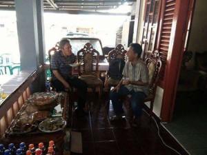 Wabup Minsel saat menyambangi kediaman Anggota DPRD Minsel Salman Katili di Desa Tanamon Kecamatan Sinonsayang