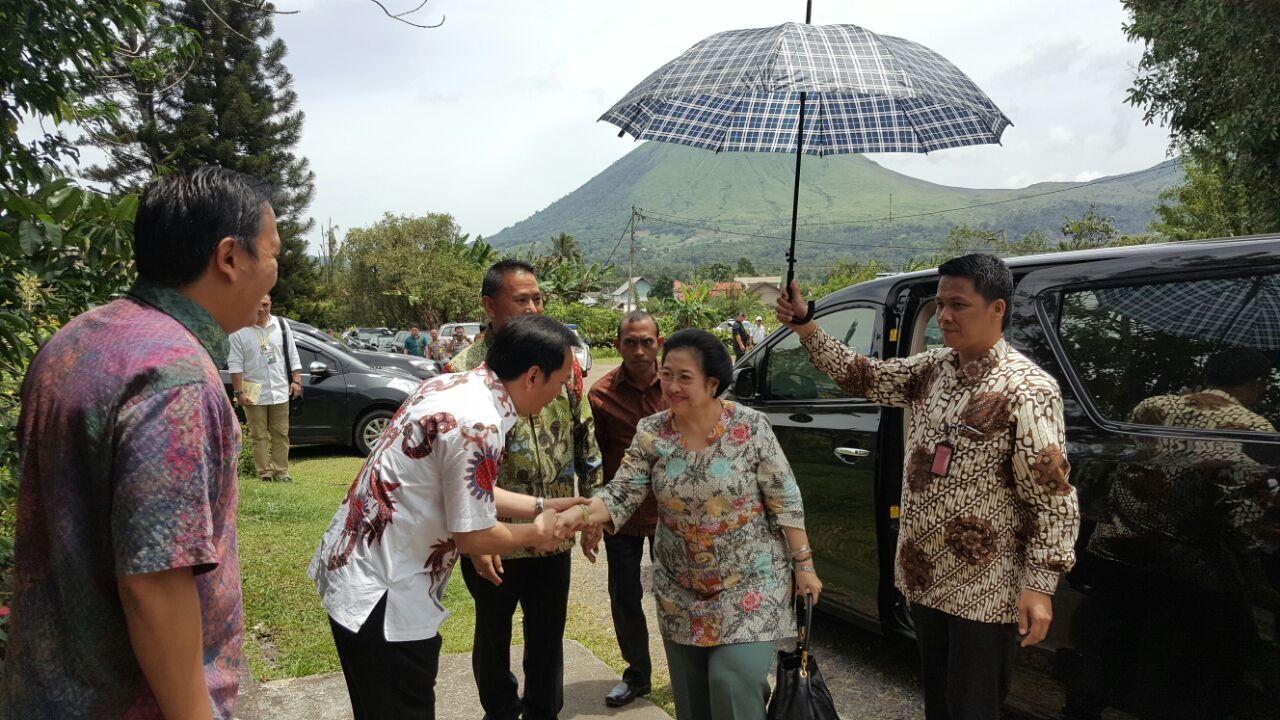 Caroll AY Senduk SH menyalami Megawati Soekarno Putri saat berkunjung ke Tomohon