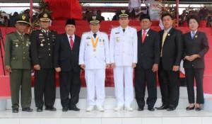 Foto bersama bupati, wakil bupati, pimpinan DPRD, TNI dan Polri.