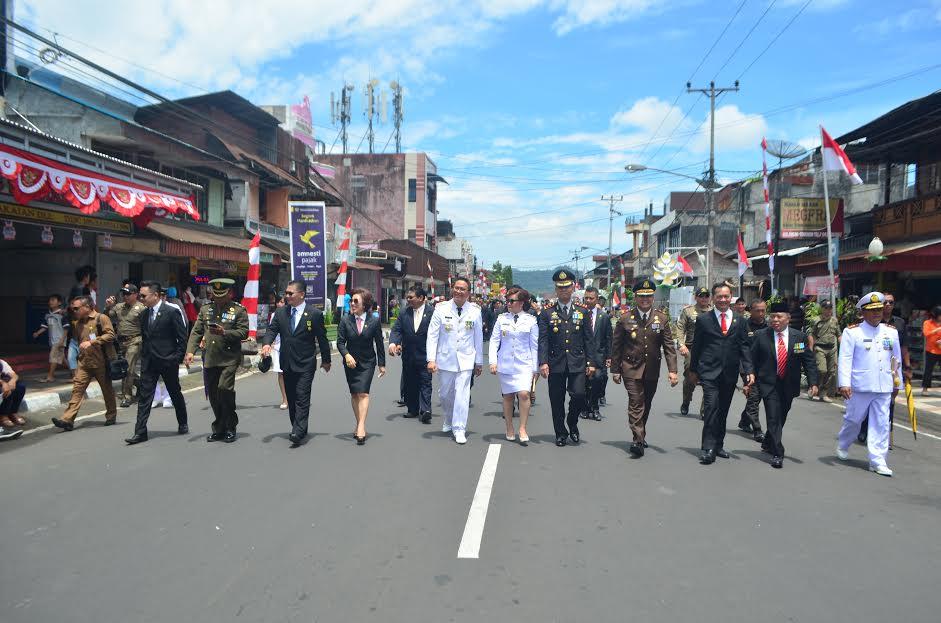 Wali kota, wakil wali kota, DPRD dan Forkopimda menuju penggung penghormatan Pawai HUT ke-71 Proklamasi RI