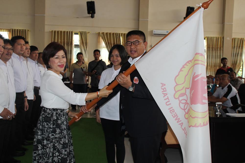 Ketua KONI Sulut Kol Inf Theo Kawatu menyerahkan Patraka kepada Ketua KONI Tomohon Ir Miky JL Wenur