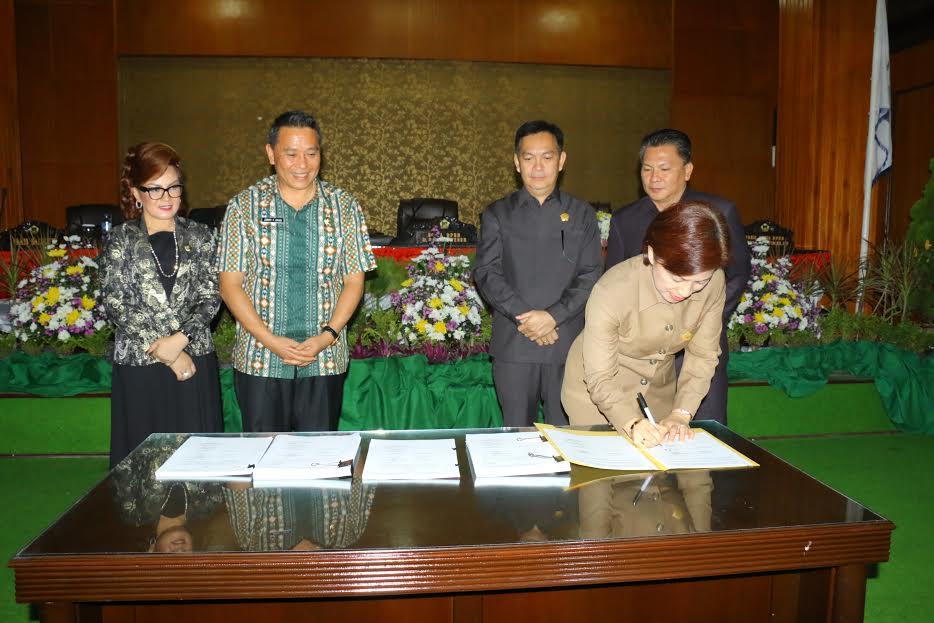 Ketua DPRD Tomohon Ir Miky JL Wenur menandatangani KUPA PPAS APBDP 2016