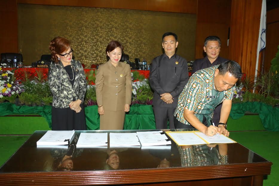 Wali Kota Tomohon menandatangani KUPA PPAS APBDP Tomohon 2016