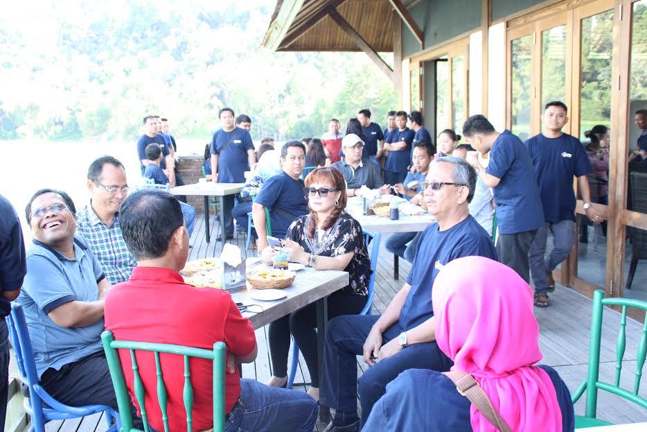 Peserta Rakornas LPSE  dan Wakil Wali Kota Tomohon di Danau Linow