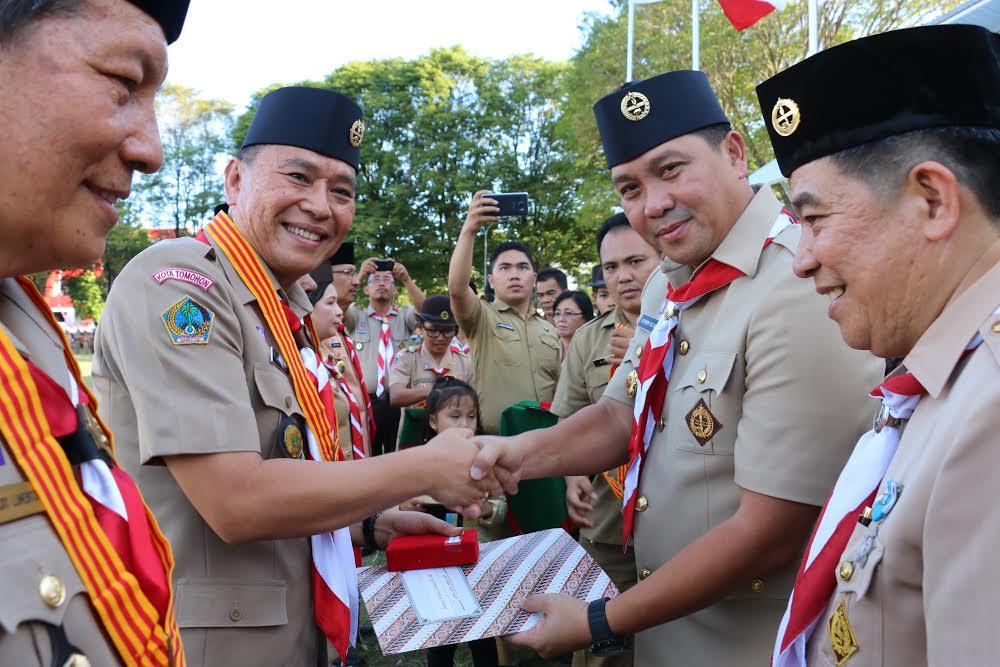 Wali Kota Jimnmy F Eman SE Ak menerima Lencana Melati diserahkan Wakil Gubernur Sulut Drs Steven Kandouw