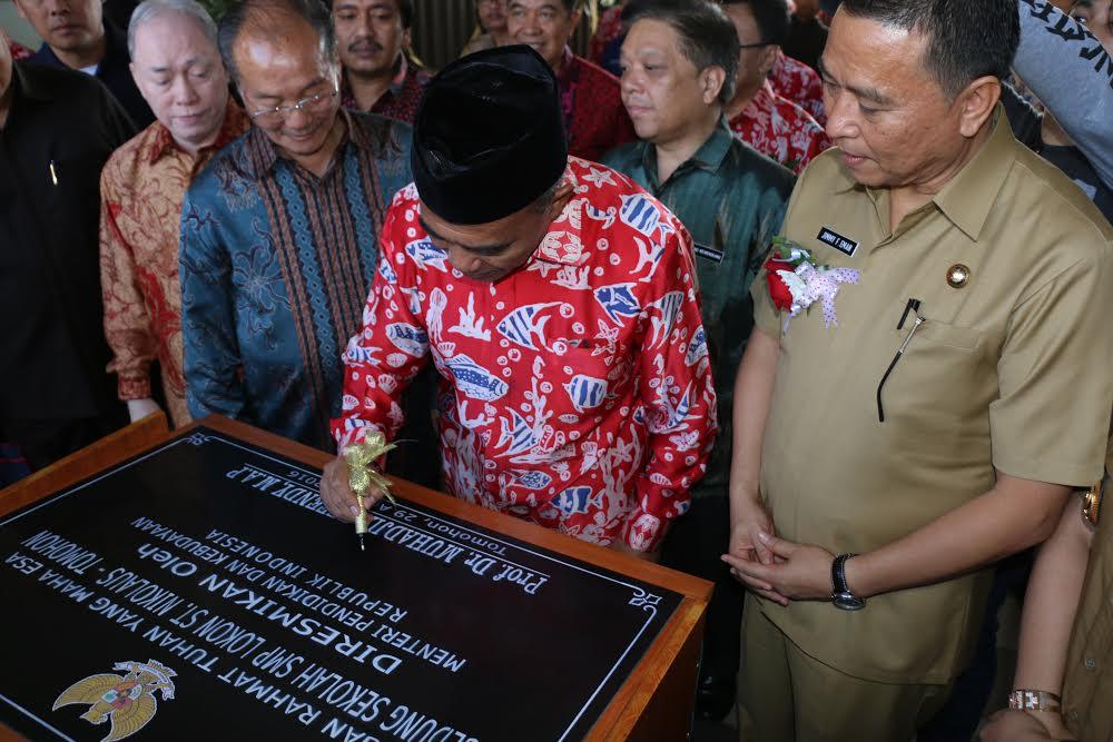 Mendikbud menandatangani prasasti peresmian gedung SMP Lokon