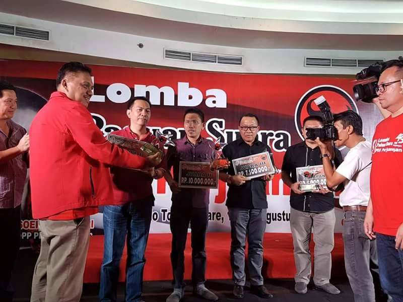 Ketua DPC PDIP Tomohon Caroll JA Senduk saat menerima hadiah pemenang dari Ketua DPD PDIP Sulut Olly Dondokambey SE