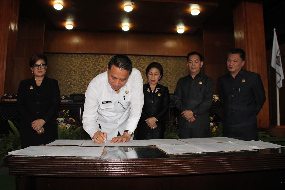 Wali Kota Tomohon Jimmy F Eman SE Ak menandatangani naskah pembahasan RPJMD Tomohon 2016-2021
