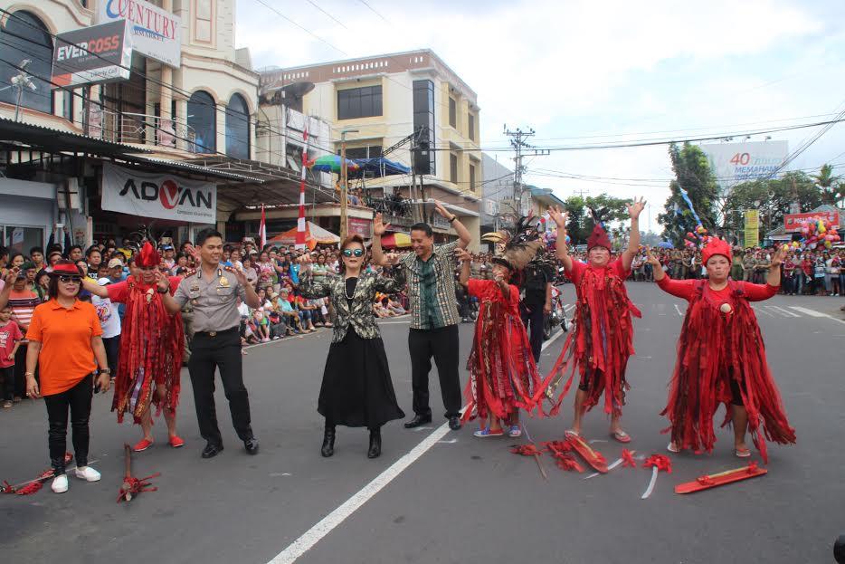 Wali Kota, Wakil Wali Kota, dan Kapolres beraksi di Pawai Pembangunan Tomohon