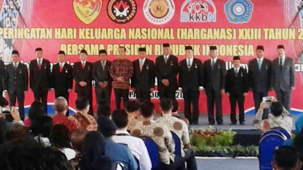 Wali Kota Tomohon Jimmy F Eman SE Ak bersama penerima penghargaan lainny di Harganas XXIII Kupang