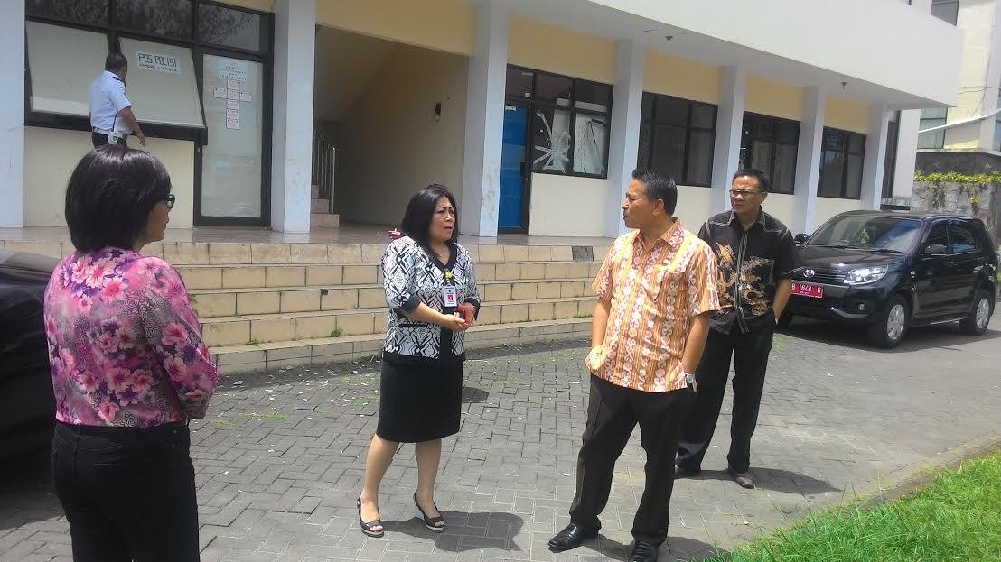 Wali Kota Tomohon Jimmy F Eman SE Ak saat berkunjung ke Taman Kota
