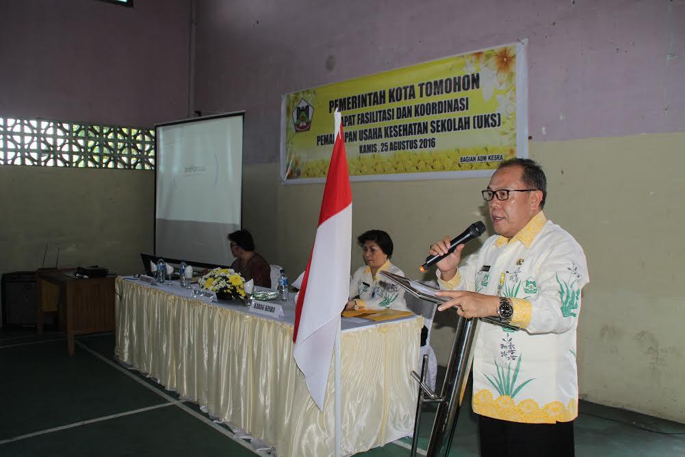 Sekretaris Kota Dr Arnold Poli SH MAP saat membuka kegiatan
