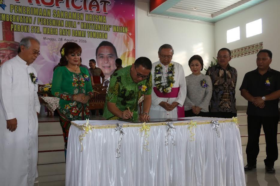 Wali Kota  Tomohon menandatangani peresmian Aula Kristianitas Walian