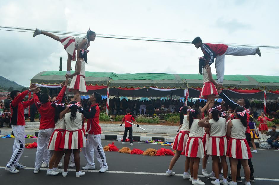 Atraksi siswa-siswi marching band di Pawai