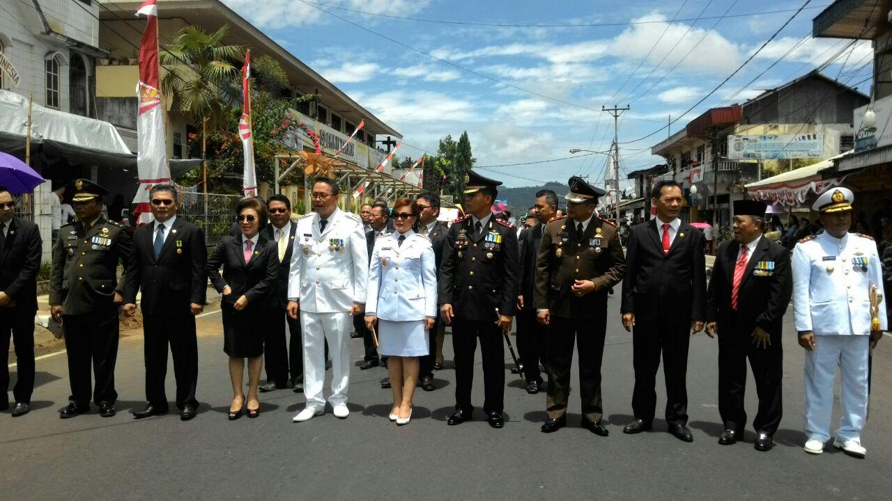 Eksekutif dan Legisllatif Tomohon menuju Panggung Kehormatan Pawai usai Upacara Detik-detik Proklamasi