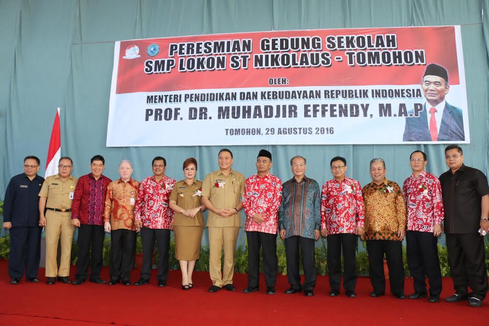 Mendikbud, Wali Kota Tomohon, Wakil Wali Kota Tomohon, Ketua Yayasan Lokon dan lainnya berpose usai meresmikan gedung SMP Lokon