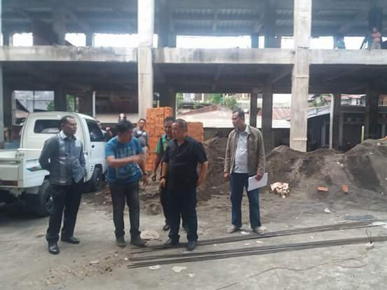 Bupati dan Ketua DPRD Mitra saat meninjau penyelesaian Pasar Modern Ratahan
