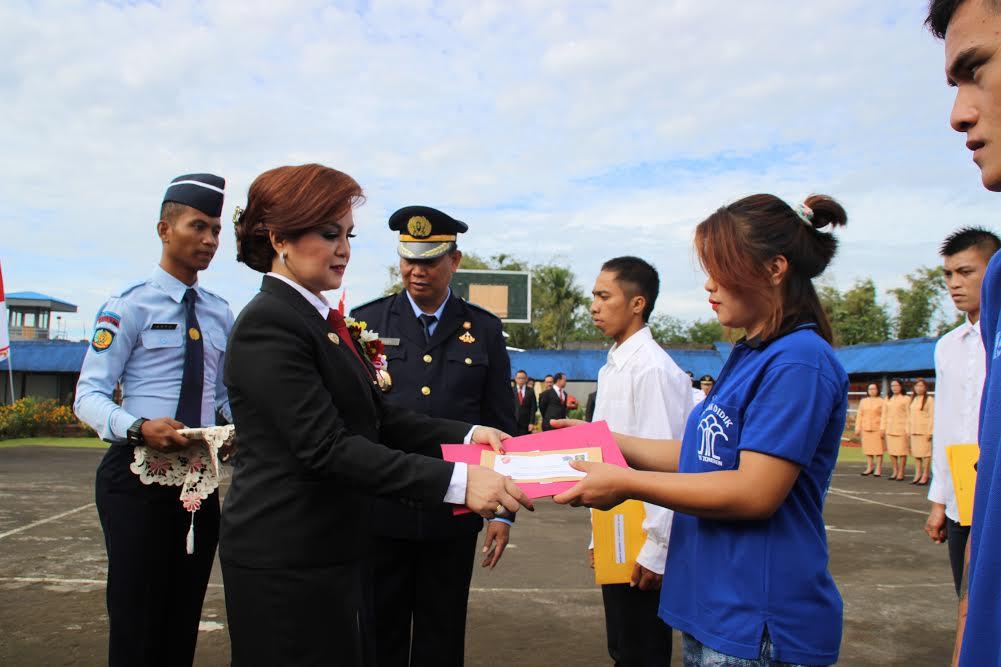 Wakil Wali Kota Tomohon menyerahkan surat remisi kepada salah satu warga binaan