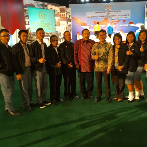 Mangindaan dan Liow bersama siswa-siswa SMA Tenga yang ikut lomba Cerdas Cermat Empat Pilar wakili Sulut