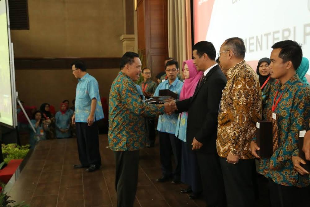 Kepala BP3K Tomohon Barat menerima penghargaan