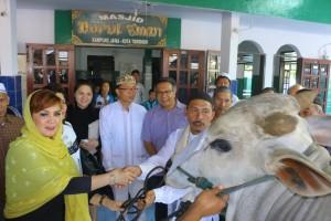Idul Adha, Wawali Tomohon Salurkan Hewan Kurban di Kampung Jawa
