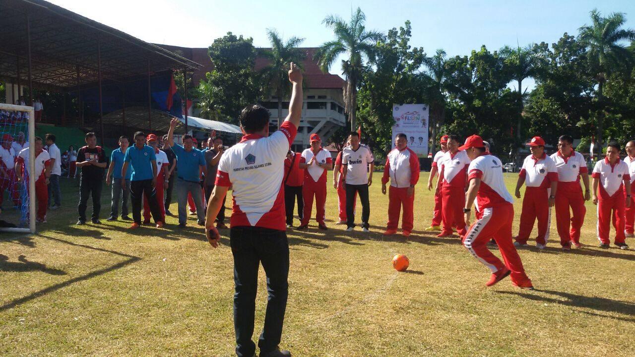 Wagub Sulut Steven Kandouw, menendang bola pertama  pembukaan JSFT 2016
