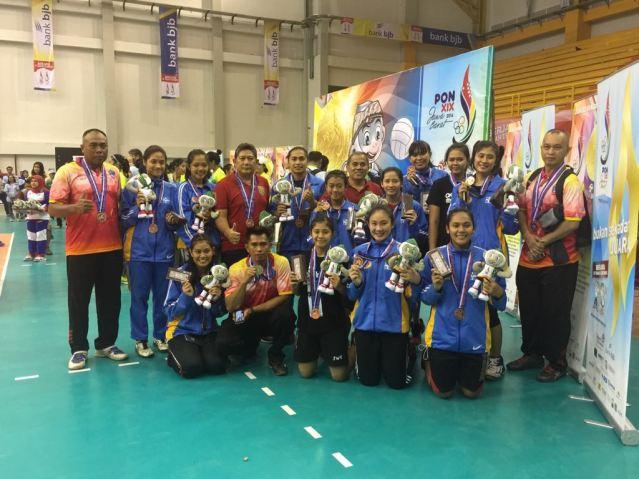 JWS bersama Tim Voli Putri Sulut yang meraih Medali Perunggu